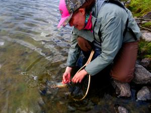 Eva rekker ikke å vise fisken før den spreller ut i vannet igjen